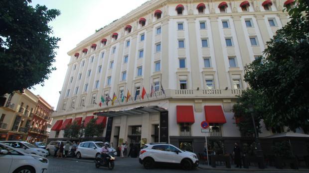 Entrada principal del hotel Colón, de cinco estrellas