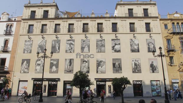 Fachada de la Fnac en la Avenida de la Constitución de Sevilla
