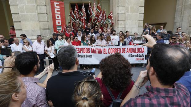 Un momento de la protesta a las puertas del Ayuntamiento este viernes
