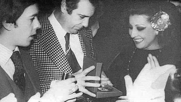 En el local Bulerías del Paseo de Colón, recibió el homenaje de artistas y aficionados que la adoraban. Nuestro compañero José Antonio Blázquez y Pepe Camacho organizaron el acto en 1978