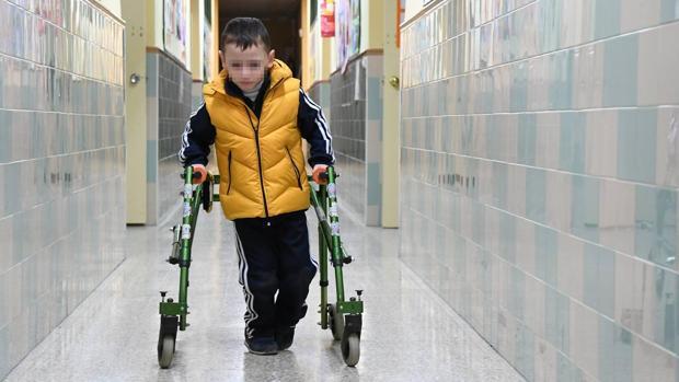 Álvaro Blasco, que nació con una lesión neurológica motora, en el colegio Julio Coloma