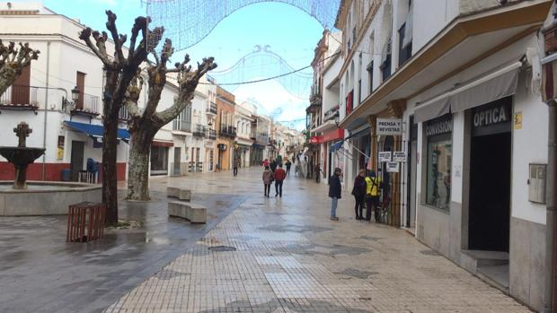 Calle Mesones, en Constantina, con apenas viandantes durante la mañana