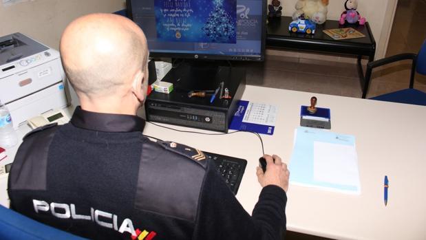 Un agente de la UFAM en el despacho donde se entrevista con las víctimas
