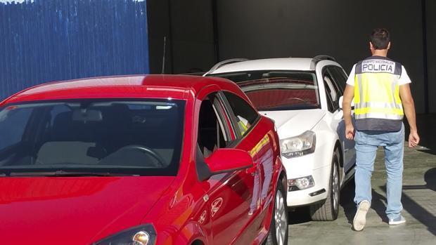 Un agente revisa los vehículos en una operación policial que ha investigado este tipo de fraude