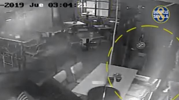 Imagen del robo captada por la cámara de seguridad del local
