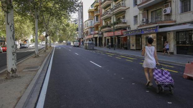 Una joven por una calle del barrio de Nervión