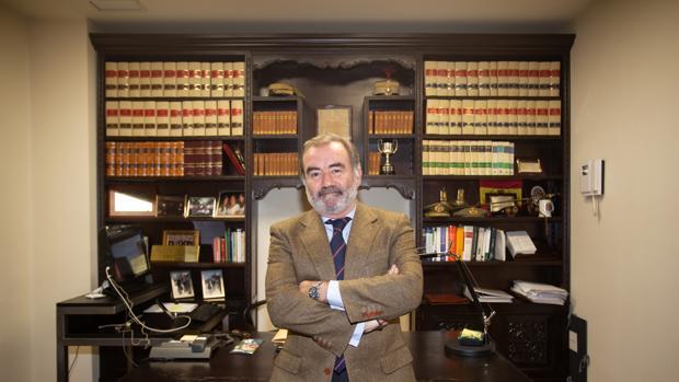 Óscar Cisneros, decano electo, concede una entrevista a ABC en su despacho