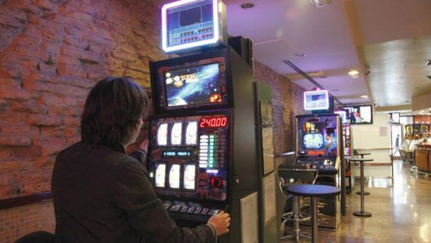 Una persona juega en una de las máquinas de un salón de juego