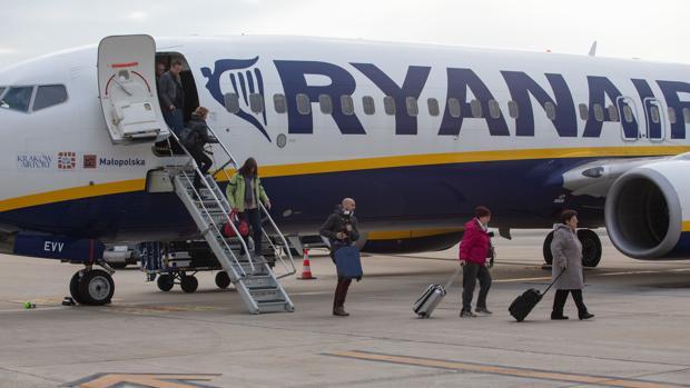 Pasajeros desembarcan de un avión de Ryanair