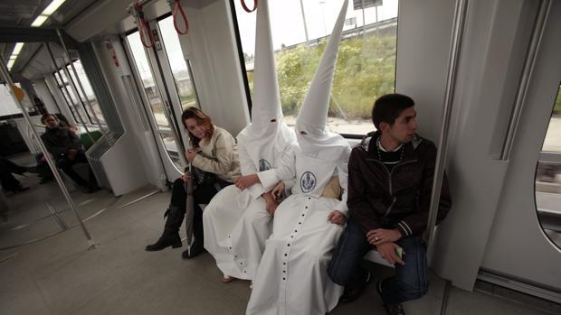 Dos nazarenos en el metro de Sevilla