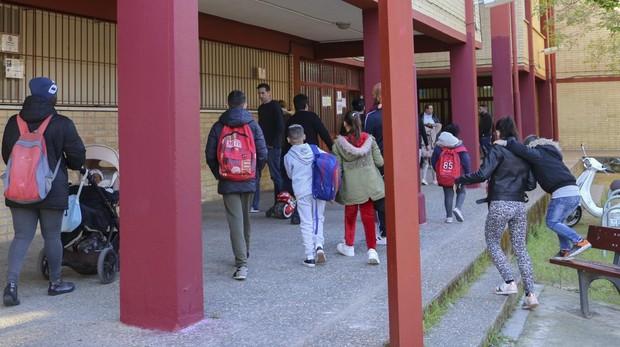 Alumnos del CEIP Fray Bartolomé de las Casas entran al colegio