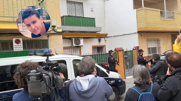 El detenido, en la imagen superior, y la entrada de su casa del barrio La Plata, rodeado de periodistas