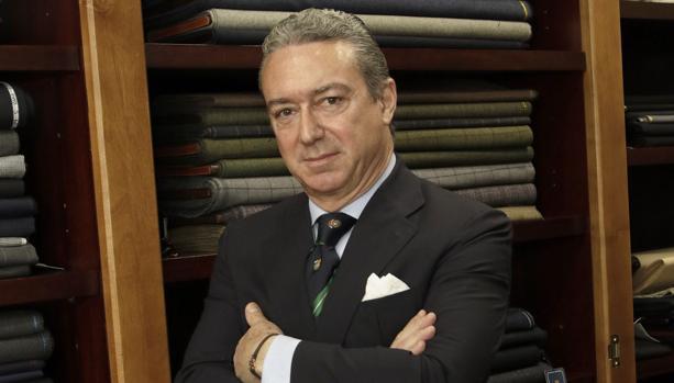 Javier Sobrino en su tienda