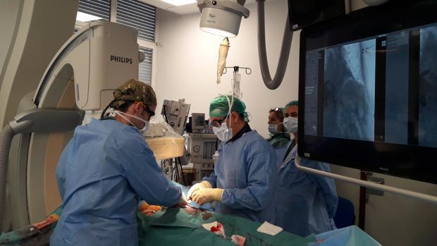 Radiólogos operando a un paciente con un aneurisma en la arteria aorta mediante una punción en las ingles y sin necesidad de realizar ninguna incisión en la piel