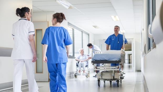 La atención y los cuidados de la Enfermería son esenciales en hospitales, centros de salud y domicilios