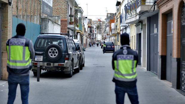 Dos policías, durnate el registro que hicieron tras detener al yihadista de Sevilla