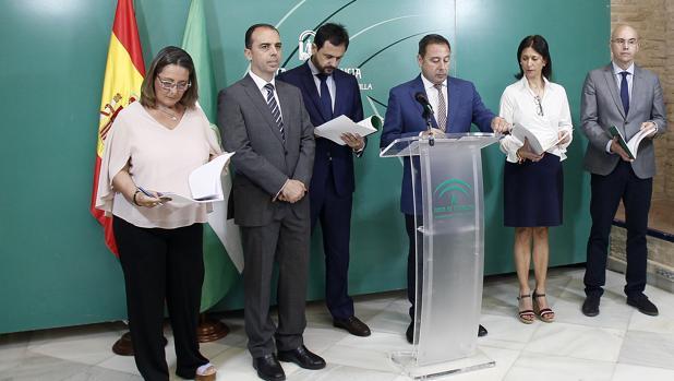 El delegado de la Junta en Sevilla, Ricardo Sánchez, junto con delegados de distintas consejerías