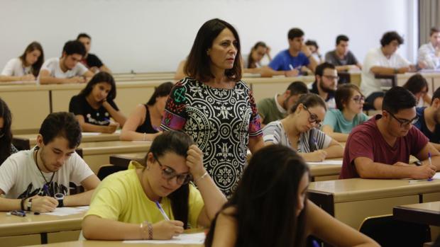Revuelta, en una de las aulas donde se realizan exámenes de Selectividad