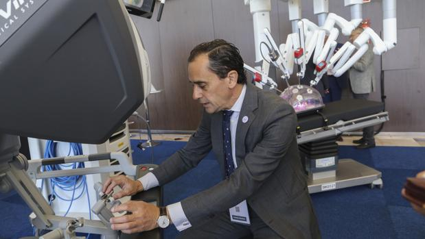 El prestigioso doctor Salvador Morales Conde en la consola del robot Da Vinci