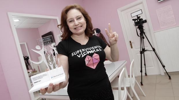 Ana Bella con uno de los reconocimientos recibidos por su proyecto de transformación social