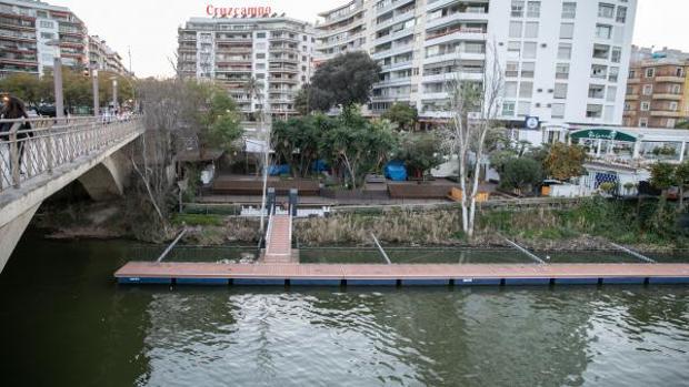 La terraza de copas que hay junto al río y que es objeto de conflicto