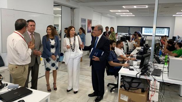 La presidenta de Fujitsu muestra las instalaciones al Consejero de Economía y al alcalde de Sevilla