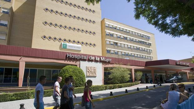 Fachada principal del hospital de la Mujer del Virgen del Rocío