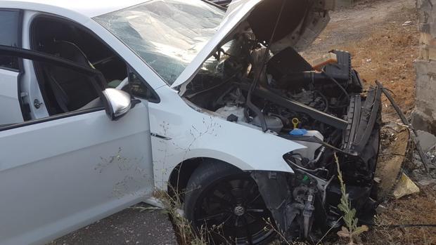 Así quedó el vehículo donde pretendía huir el detenido tras disparar en el exterior de la discoteca