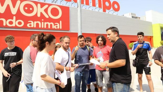 Los afectados se acercaron este lunes al centro comercial para reclamar sus pedidos