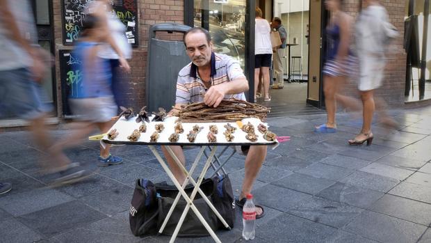 Un vendedor de paloduz, en su habitual punto de venta en La Campana