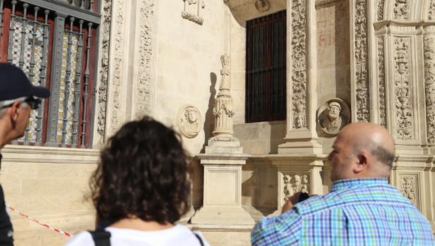 Así ha quedado la Cruz del Arquillo del Ayuntamiento de Sevilla tras los actos vandálicos sufridos en la noche de este lunes