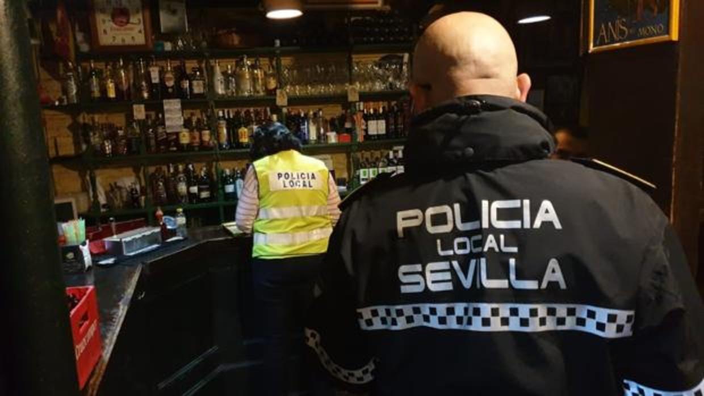 La Policía Local de Sevilla ha clausurado 18 bares del Centro de Sevilla por permitir el consumo en la vía pública y ocupar las aceras - ABC
