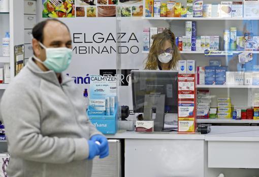 Un cliente en una farmacia