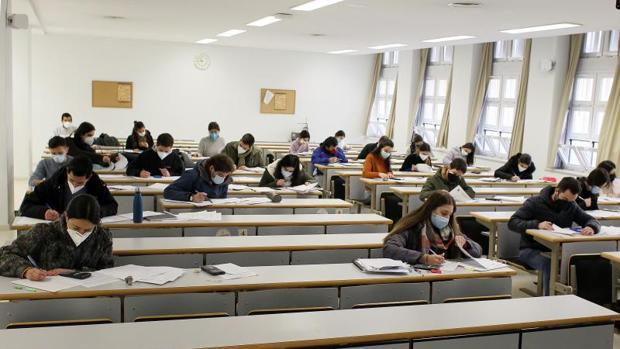 Estudiantes de la Universidad de Sevilla piden la dimisión del rector por los exámenes presenciales