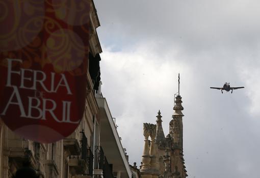 Vuelo de reconocimiento de un avión de la Patrulla Águila en Sevilla
