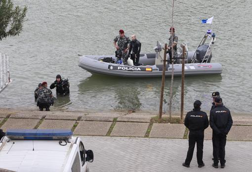Una de las operaciones de la Policía Nacional para buscar el cuerpo de la joven sevillana en el río Guadalquivir
