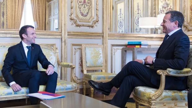 Robert A. Iger, Presidente y CEO de The Walt Disney Company, junto al Presidente francés, Emmanuel Macron, durante el anuncio de la ampliación del parque