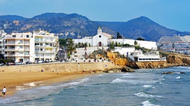 Panorámica de la playa de San Sebastián en Sitges, una playa familiar con una longitud de 205 metros
