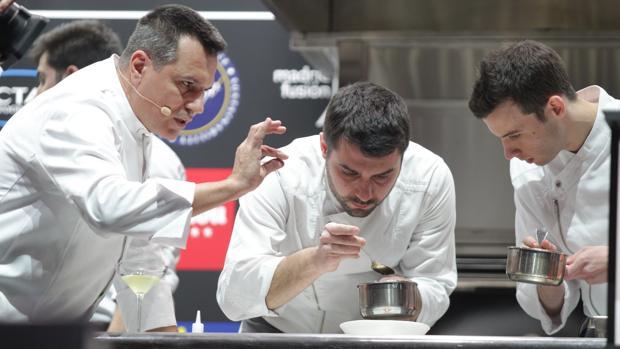 Eduard Xatruch y Oriol Castro junto a un miembro de su equipo en Disfrutar, en Madrid Fusión