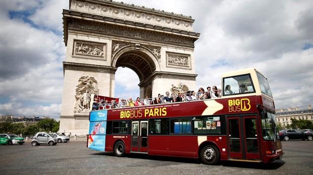 Autobús turístico junto al Arco del Triunfo, en París